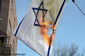 Israeli_flag_burned_by_Neturei_Karta